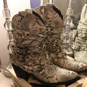 """Bolaro"" brand. Animal print boots"